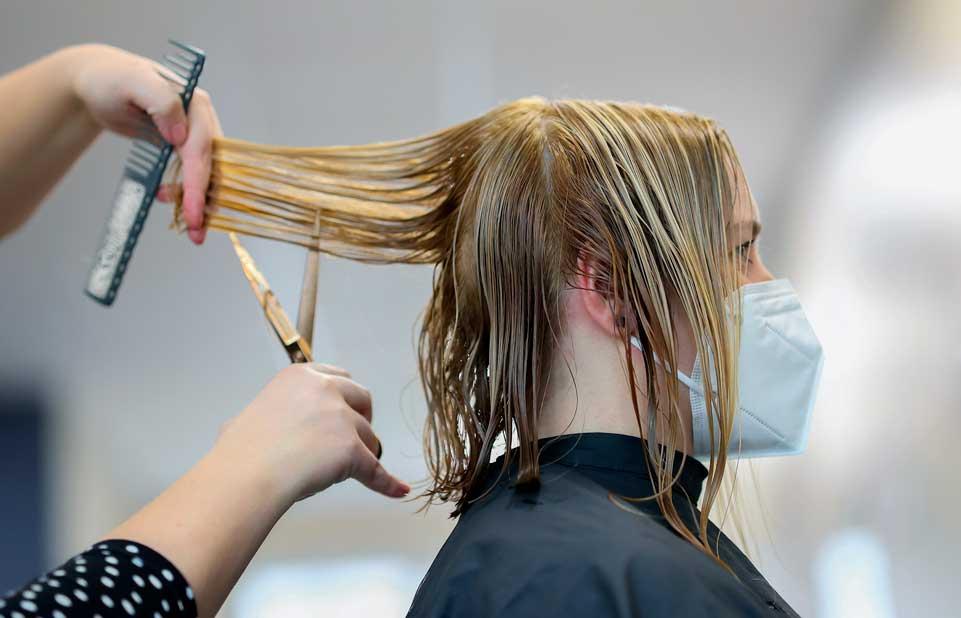 Ein guter Friseur nimmt sich Zeit für seine Kunden